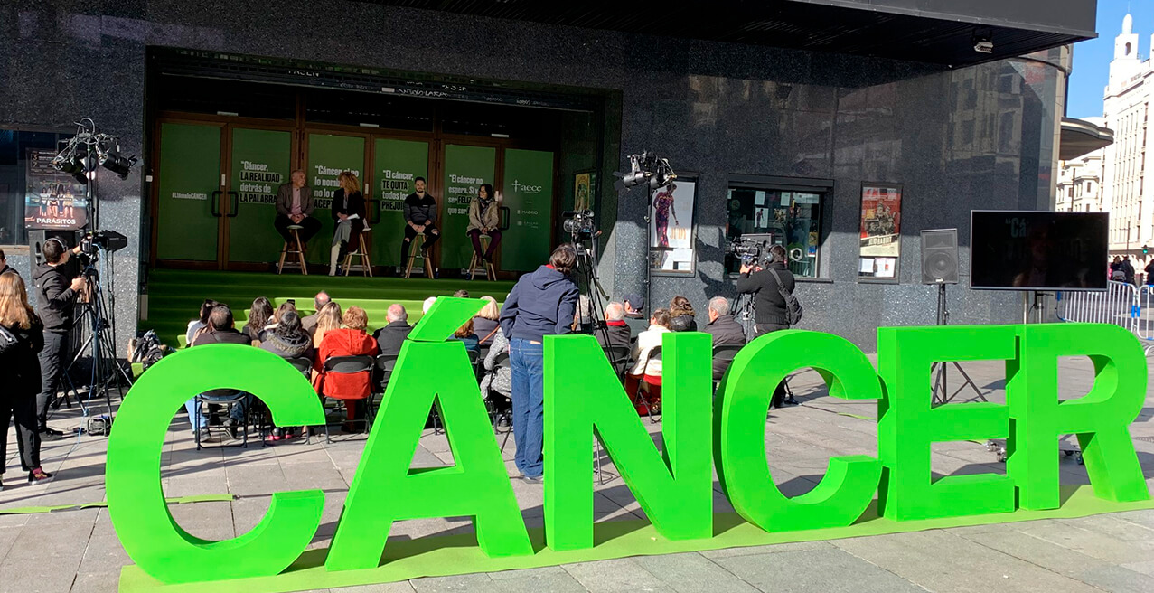 THE AECC SHOWS A SCULPTURE IN CALLAO FOR THE WORLD CANCER DAY